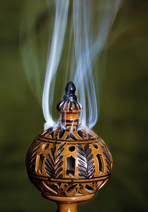 La fumigation pour purifier vos pierres et vos cristaux